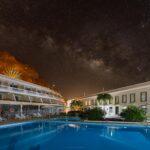 Vía Láctea sobre la piscina